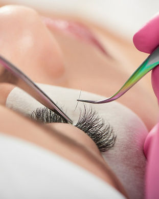 lashmaking-process-by-cosmetological-pro