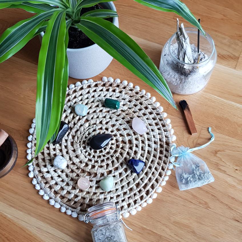 Plante, palo santo, bol tibétain, pierres précieuses, encens, sauge