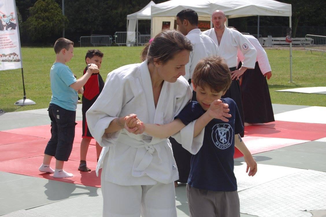 La journée était placée sous le signe de la transmission. Tous les élèves d'Aïkido Sèvres se sont relayés sur les tatamis pour épauler leur professeur