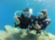 Ecole de plongée située au coeur du golfe de Saint Tropez. Sur la commune de Ramatuelle, au départ de la plage de Pampelonne. Venez apprendre la plongée dans les eaux cristalines des zones protégées du Cap Camarat. Plongée enfant. Vous voulez faire découvrir la plongée sous marine à votre enfant au delà du simple baptême, faites lui passer son plongeur de bronze.    Cette certification élaborée spécialement pour les enfants est articulée en 4 plongées d'initiations d'environ 20 minutes chacune où les différents éducatifs sont toujours amenés de manière ludiques et en permanence liés à la découverte du monde sous marin.  La formation à lieu à raison d'une plongée par jour maximum et se déroule toujours seul à seul avec un moniteur.    A la fin du stage, votre enfant sera gratifié d'un diplôme de la fédération française lui permettant de plonger encadré par un guide jusqu'à 6 mètres de profondeur.            