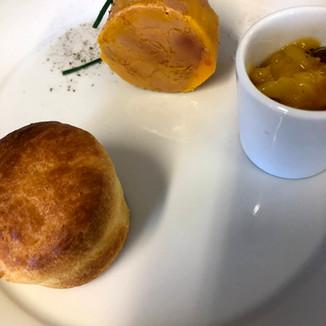 Foie gras d'anatra al profumo di Nascetta, chutney di pesche e brioche tiepida
