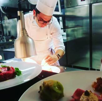 Lo chef Otto Lucà al lavoro