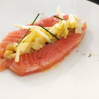 Gravlax di salmone marinato con indivia, senape, mele e arachidi