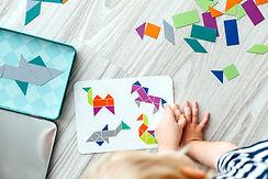 Criança que faz Atividade Arte