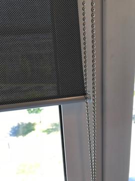 Must_screen_ruloo_hõbedaste_detailidega.