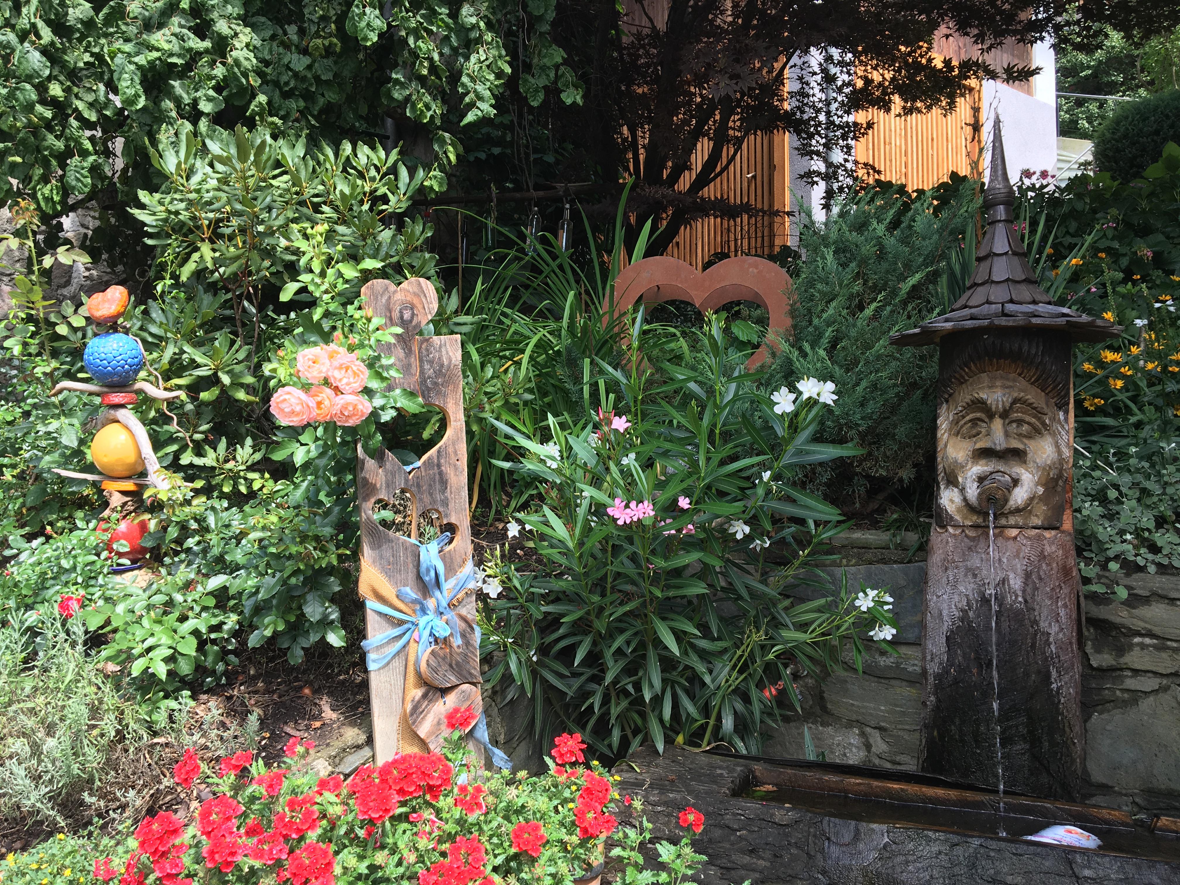 Hoferhof - Brunnen und Blumenecke