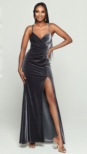 This gorgeous velvet gown slight ruching along the bodice, as well a dramatically slit skirt. Come to see the DaVinci #60455 at Madelange Laroche Bridal Studio. Book your appointment here.
