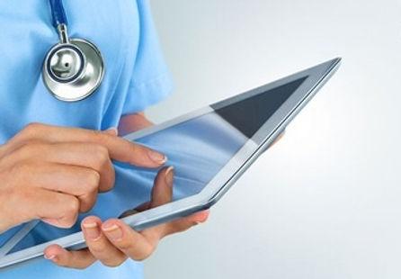 Arzt mit Tablet.jpg