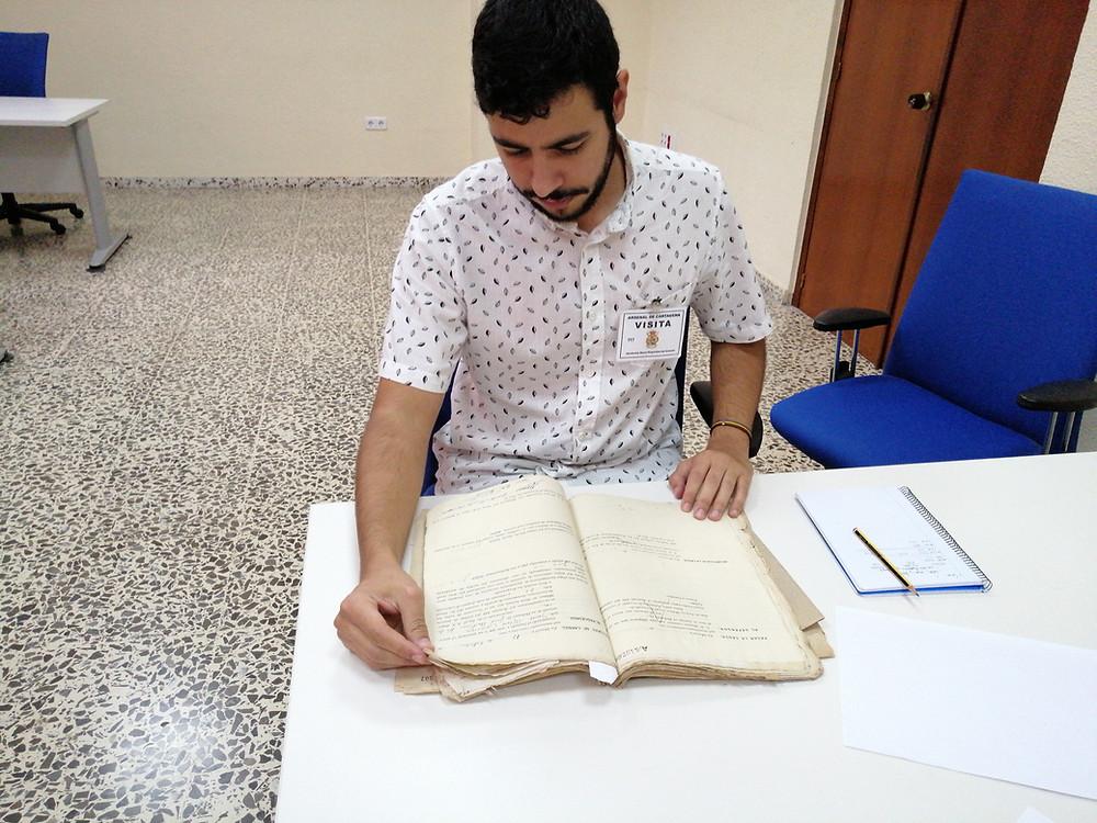 El historiador Pedro Javier López realizando una consulta en el Archivo Naval de Cartagena. Imagen previa a la pandemia.