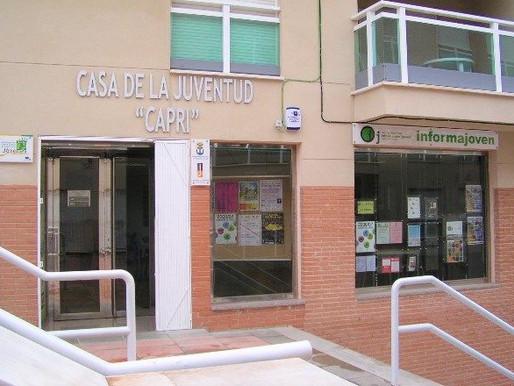 La sala de estudio de la Casa de la Juventud Capri llevará el nombre «Maestro Don Paco Sánchez»