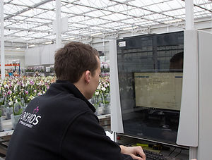 Een van onze medewerkers bedient het plant-order-systeem.