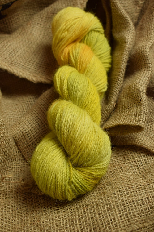 Hand dyed Lambs Wool Dk 100g - 'Greenfinch'