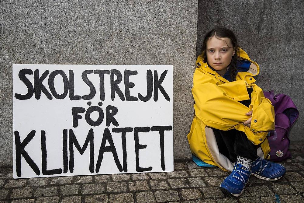 Greta Thunberg na calçada do parlamento sueco