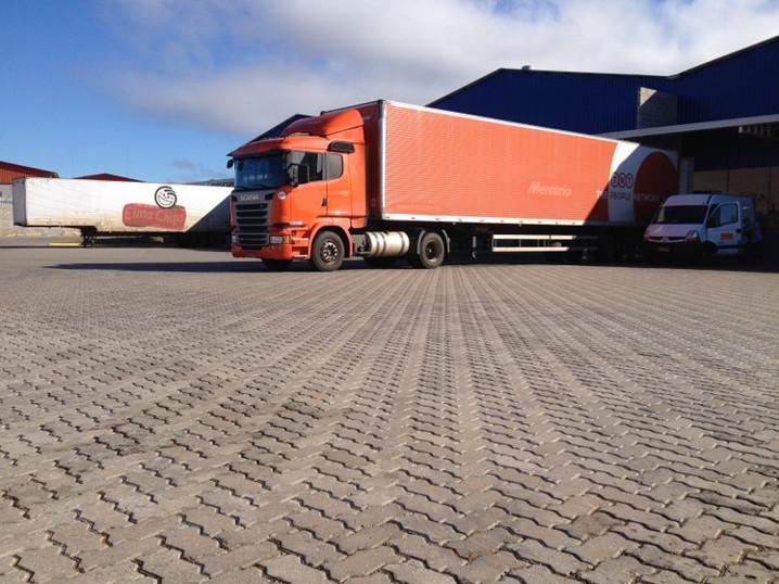 Estacionamento de caminhões.jpg