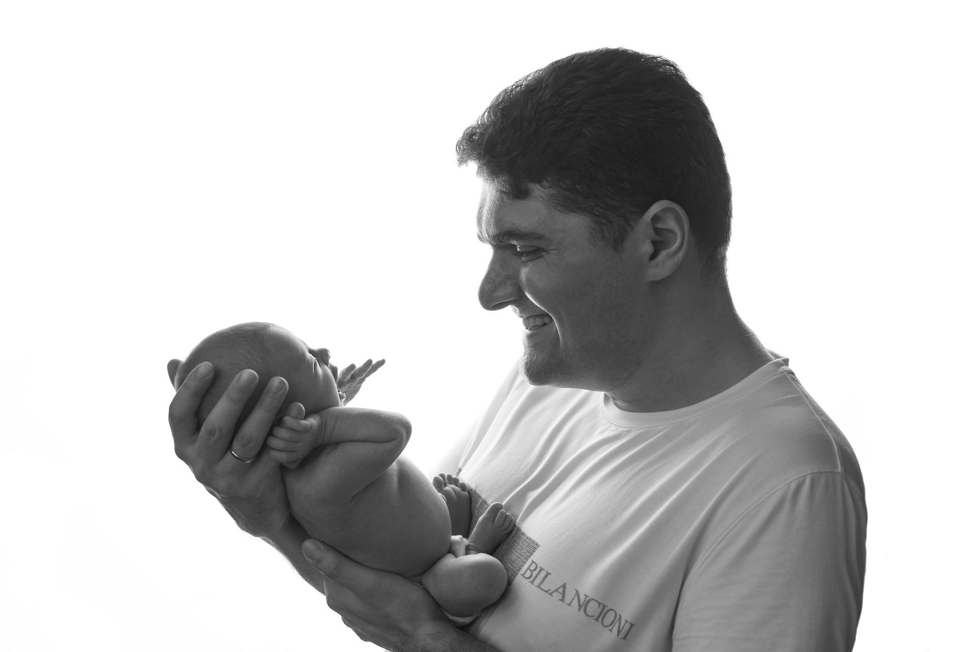Черно-белое фото newborn фотосессии