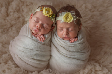 newborn фотосессия двойняшек