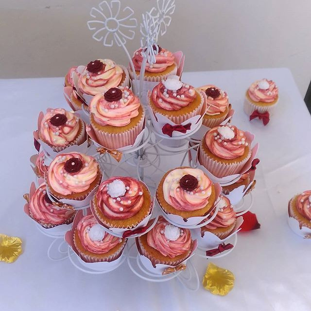 🎂💫💫🎂 Enjoyed decorating these Wedding Cupcakes for a friend's wedding. They were a perfect compliment to the main cake.jpg