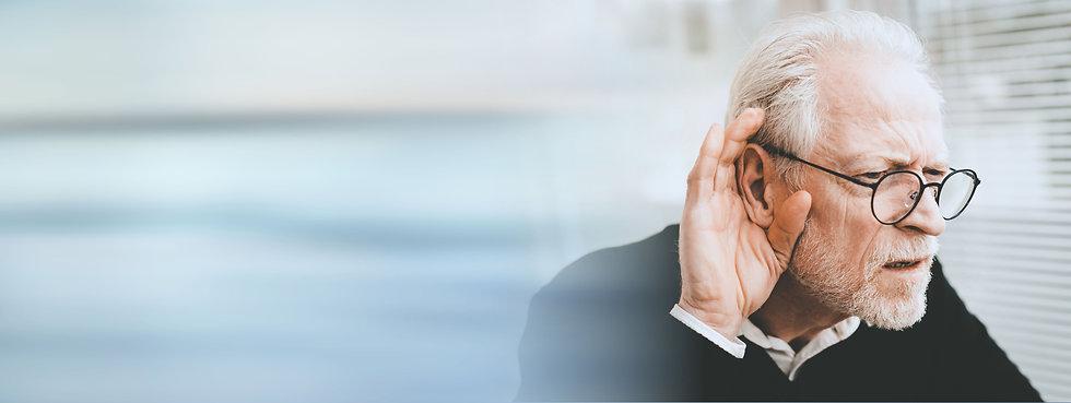 En mand der prøver at høre, såtter sin hånd til øret
