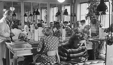 1950_Oticon-starts-manufacturing-hearing