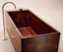 Bathtub in solid wood