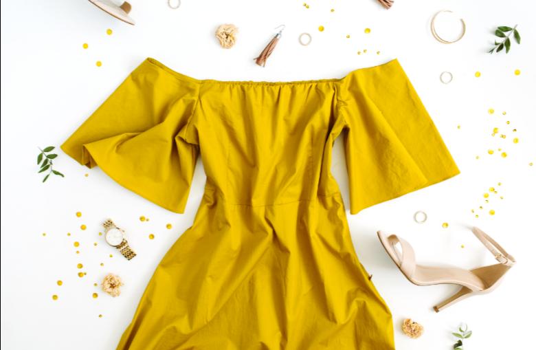 style robe jaune avec sandales nude