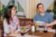 Junges Paar beim Abendessen
