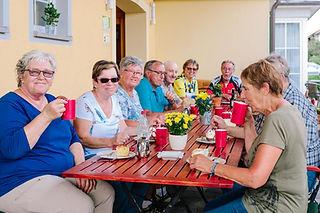 Kaffee Trinken auf der Terrasse