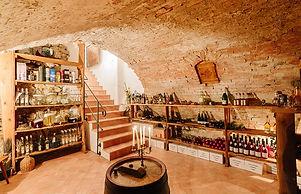 Gewölbekeller mi Wein- und Schnapsregal