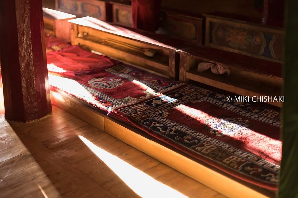 カタと呼ばれる儀礼用の絹のスカーフ。お寺への参拝や高僧との謁見、お祝いや別れの場面で、相手にカタを捧げることで敬意を表す。