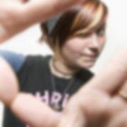 Jeune adolescente fixant la caméra