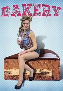 ragazza pin up seduta su fetta di torta