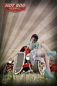 ragazza pin up con camicetta e calze bianche e occhiali su hot rod rossa
