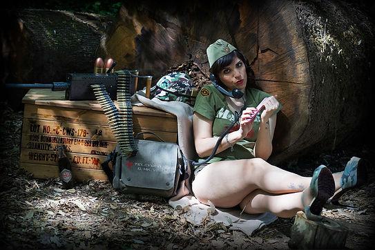 ragazza militare m.a.s.h. che telefona e si lima le unghie al campo base