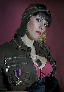 Ragazza pin up divisa militare aviatore con reggiseno rosso