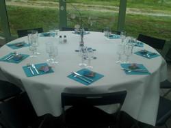 Table ronde serviette bleu
