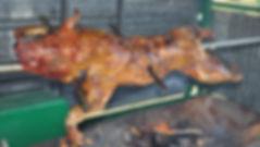 Porcelet à la broche au feu de bois