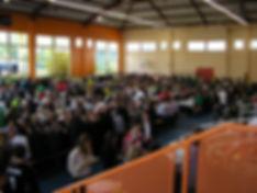700 convives  dans un gymnase