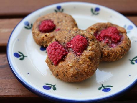 Kruche ciasteczka migdałowe z białą czekoladą i malinami (wegańskie, bezglutenowe, bez cukru rafin.)