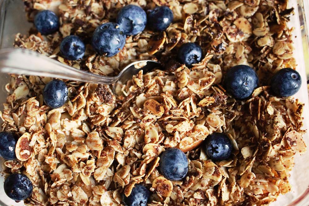 Przepis na owsiane crumble, czyli ulubione owoce pod owsianą kruszonką (wegańskie, bezglutenowe, bez cukru rafinowanego)