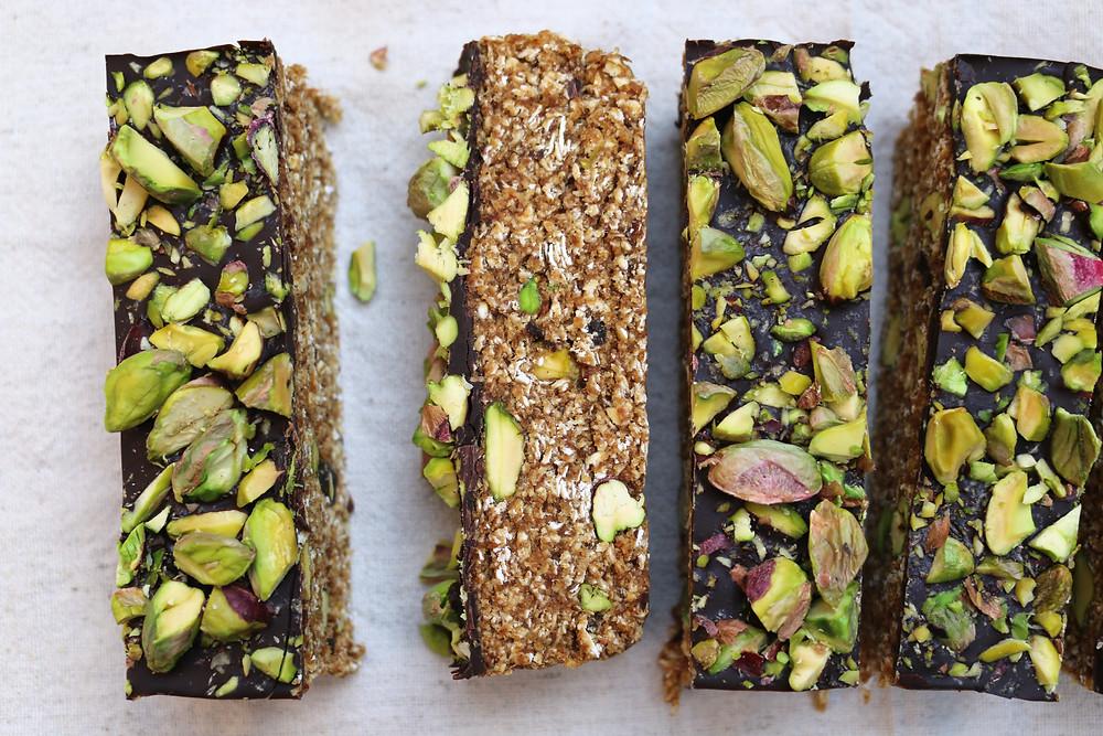 Przepis na Owsiane batoniki z pistacjami (wegańskie, bezglutenowe, bez cukru rafinowanego)