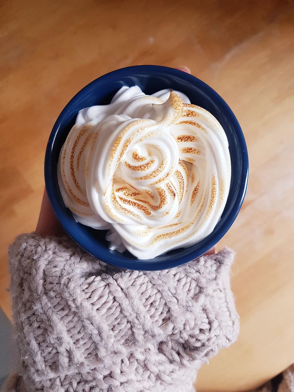 Baked Alaska, czyli puszyste ciasto z lodami i karmelizowaną bezą (wegańskie, bezglutenowe)