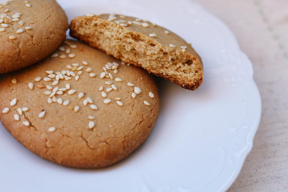 Przepis na sezamowe ciasteczka z tahini (wegańskie, z opcją bezglutenową, bez cukru rafinowanego))