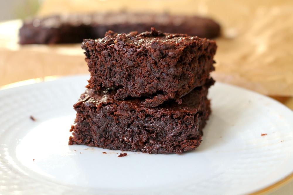 """Przepis na Idealne brownie """"śliwka w czekoladzie"""" (wegańskie, bez cukru rafinowanego)"""