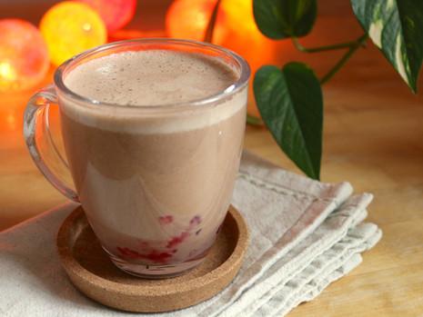 Gorąca czekolada z blendera z truskawkami (wegańskie, bezglutenowe, bez cukru rafinowanego)