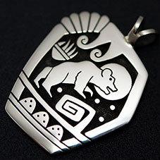 銘:Gary & Elsie Yoyokie 強靱さと幸運を招く象徴「ベアとベアパウ(熊の手)とレインクラウド(雨雲)のトップ」