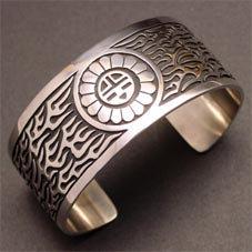 銘:Stacey Josytewa 幸福の象徴,命の源を表す「サンフェイス,フレアーのバングル」