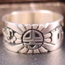 銘:Eddison Wadsworth 幸福の象徴,命の源を表す「サンフェイスのオーバーレイリング」