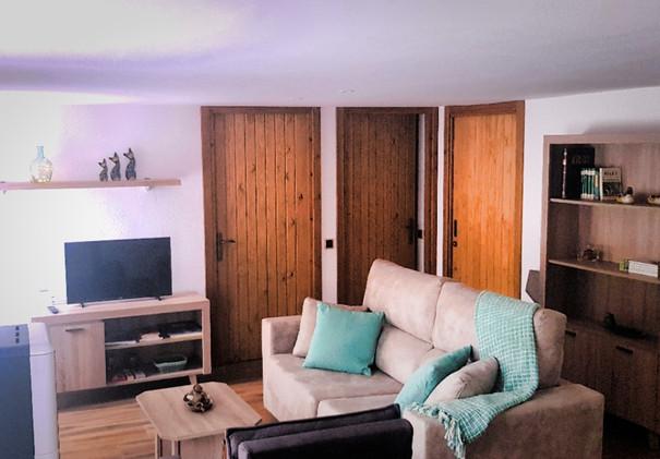 sala d'estar amb sofà, TV, wiffi, estufa de pellets, jocs, lectura....