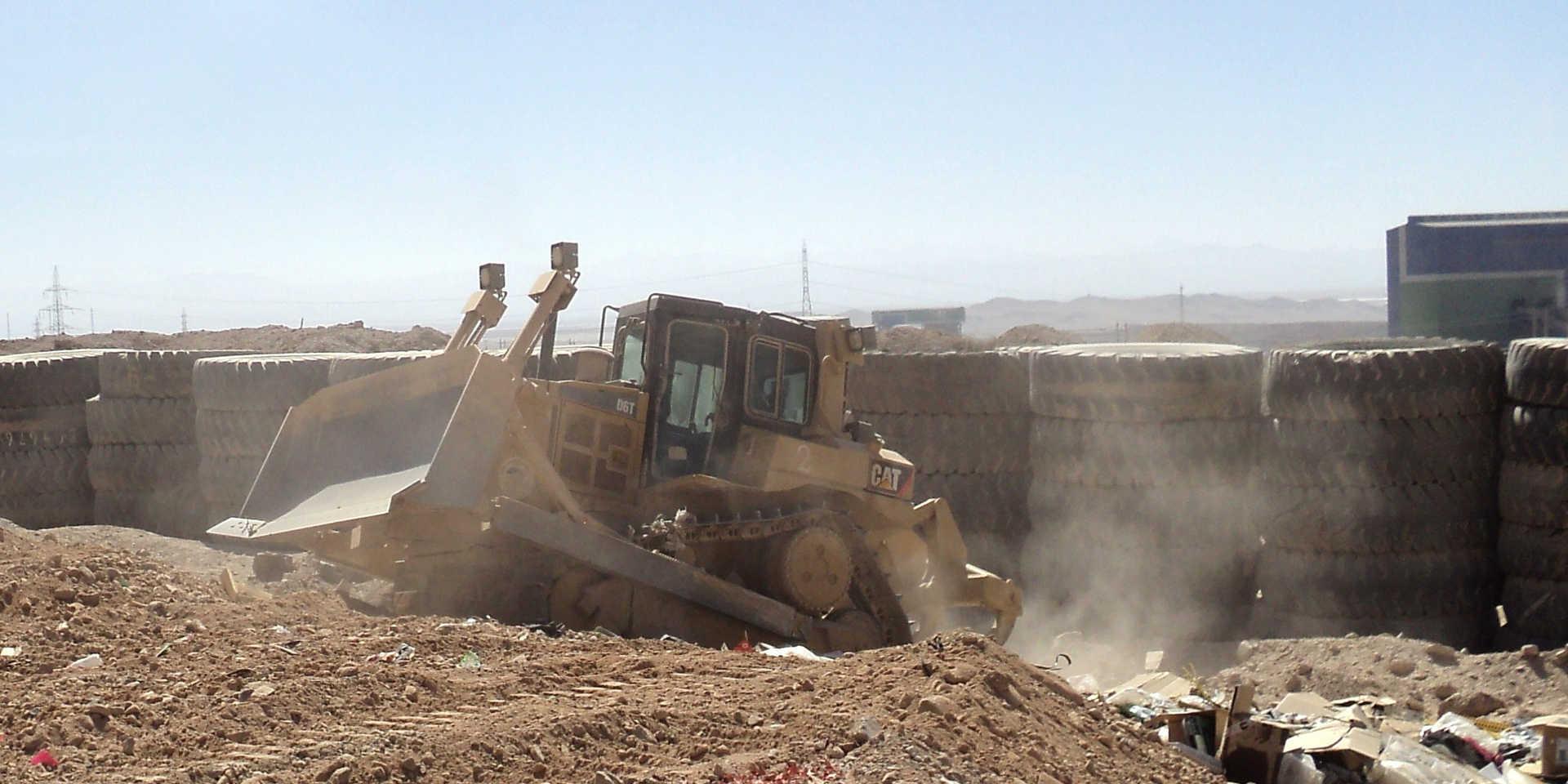 Bulldozer realizando Cobertura en Vertedero