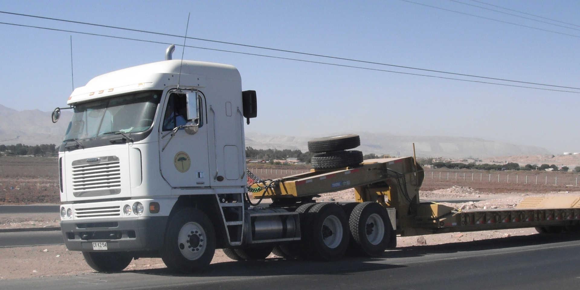 Camion con Cama Baja para Traslado de Equipos